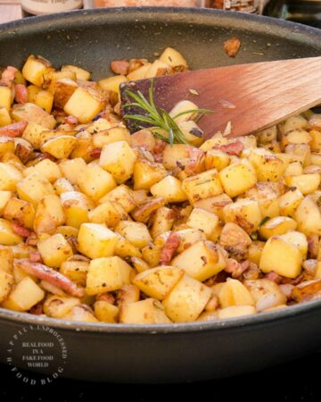GOLDEN CUBED HASH BROWNS WITH ONIONS PEPPERS AND BACON - perfect start to any breakfast #hashbrowns #breakfast #cleaneating #happilyunprocessed