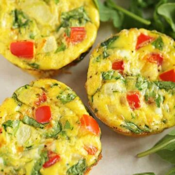 BREAKFAST EGG MUFFINS - a simple mixture of eggs, almond milk and your favorite veggies bakced in muffin tins for easy transport #egg #breakfast #mornings #cleaneating #happilyunprocessed