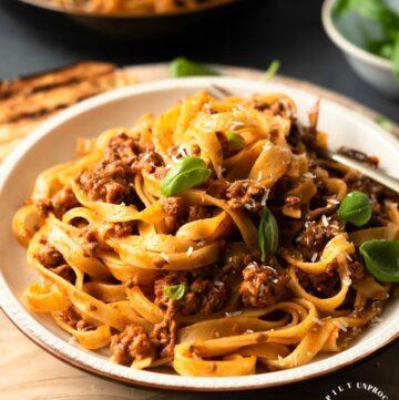 CLASSIC BOLOGNESE SAUCE - An Italian Sunday dinner classic #bolognese #italian #pasta #happilyunprocessed