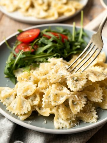 CREAMY GARLIC AND HERB BOWTIE PASTA - A side dish that is ready in minutes full of garlic and herbs in a cream sauce
