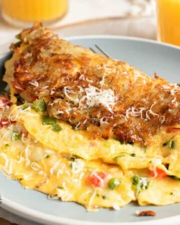 Hash Brown Wrapped Vegetarian Omelet - crispy golden hash browns form a perfect shell to wrap an omelet on the inside #breakfastfood #eggs #potatoes #hashbrowns #happilyunprocessed.com