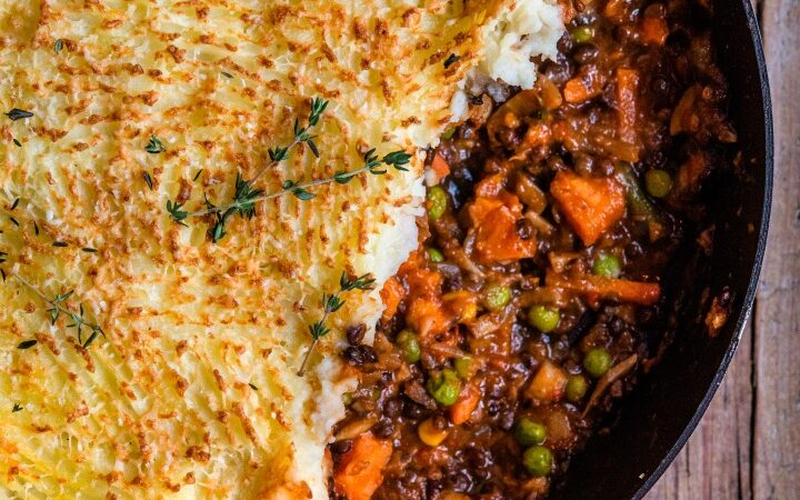 VEGETARIAN SHEPHERDLESS PIE - this hearty and filling dinner has no meat and is packed with fresh veggies, sweet potatoes and green lentils topped with dreamy fluffy mashed potatoes #vegetarian #meatlessmonday #shepherdspie #happilyunprocessed
