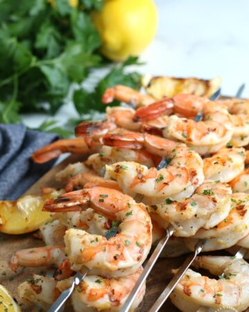 Easy Grilled Shrimp recipe - 30 min to marinade and 5 min to cook. perfect on the grill #shrimp #grilledshrimprecipe #happilyunprocessed